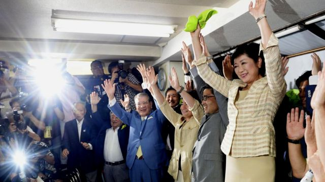 都内の後援会事務所で支持者らと当選を祝う小池百合子氏(31日)