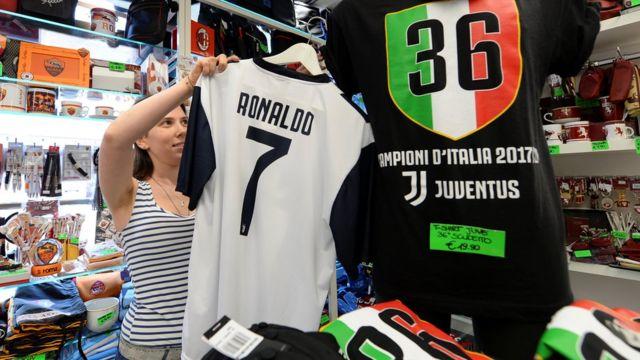 Camiseta de Ronaldo en una tienda en Turín.