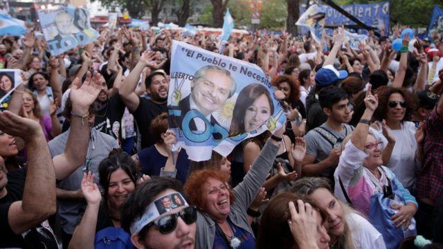 Alberto Fernández'in destekçileri, seçim sonuçlarını sokaklarda kutladı.