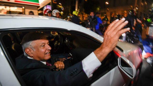 選挙の勝利を喜ぶ支持者たちに手を振るロペスオブラドール氏(1日、メキシコシティ)