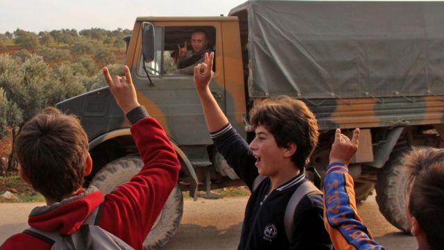 İdlib'in Kah köyünde Türk askeri ve çocuklar birbirlerine bozkurt selamı veriyor