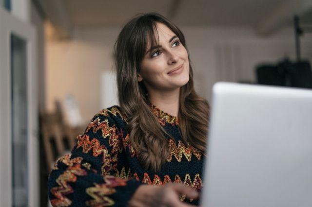 Une femme qui réfléchit 8 conseils d'un expert qui vous aideront à oser changer de carrière (et comment votre âge l'influence) -  116487922 xx - 8 conseils d'un expert qui vous aideront à oser changer de carrière (et comment votre âge l'influence)