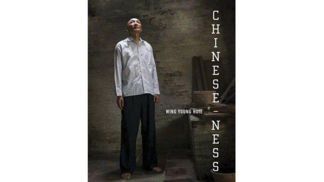 """他將這些以""""我是你""""為概念的攝影與訪談內容,發表在一本名為《中國屬性》(Chinese-ness)的攝影文集中,探討人們複雜的身份認同。"""