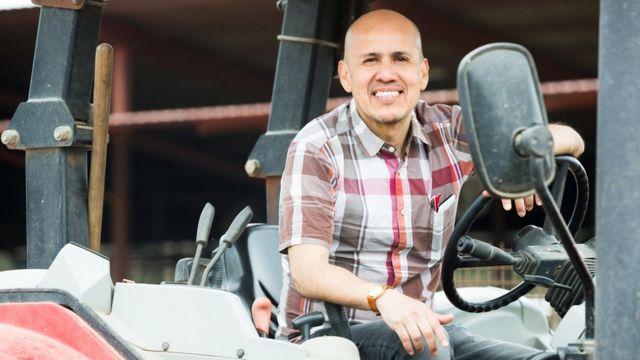 Un hombre en un tractor