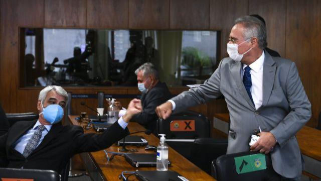 Renan Calheiros cumprimenta petista Humberto Costa