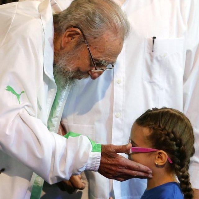 Fidel Castro junto a una niña