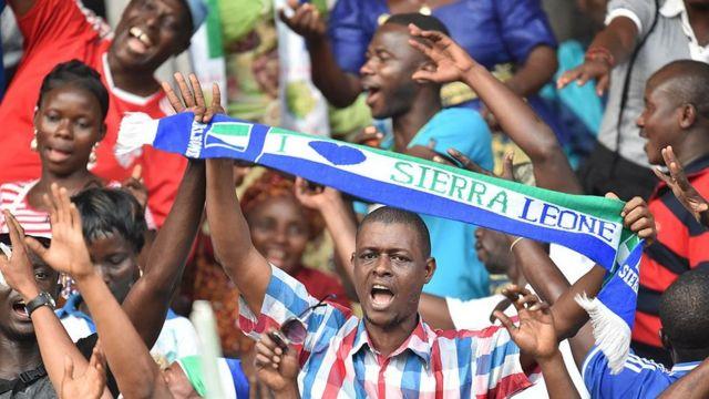 Des supporters sierra leonais lors d'un match de l'équipe nationale.