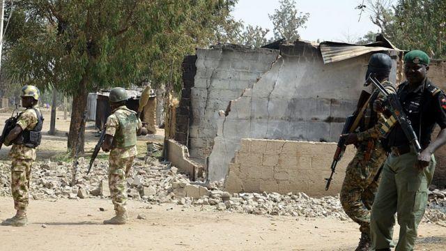 Autoridades nigerianas en una aldea atacada por Boko Haram en 2016.