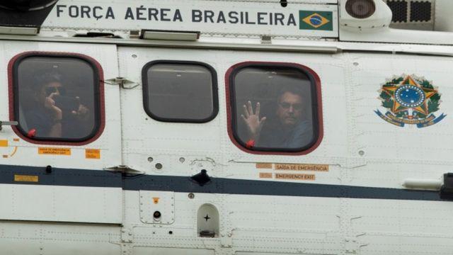 Jair Bolsonaro sobrevoa protesto na Esplanada dos Ministérios, em Brasília
