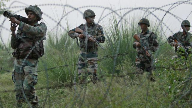 कश्मीर में लाइन ऑफ़ कंट्रोल पर गश्त लगाते भारतीय सैनिक.