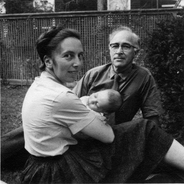 George Wald ey Ruth Hubbard com seu filho Elijah, em 1959