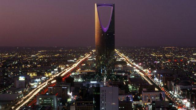 Kingdom Center (Burj al-Mamlaka), the tallest skyscraper in Saudi Arabia, dominates the evening cityscape of Riyadh