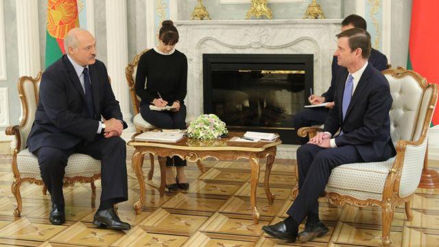 Президент Беларуси Александр Лукашенко беседует с заместителем госсекретаря США Дэвидом Хэйлом (на фото справа) 17 сентября 2019 года