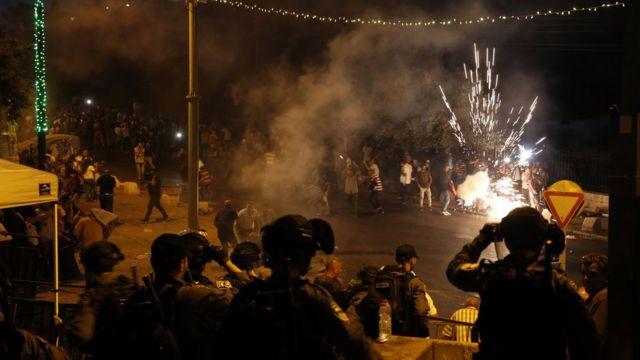 Израильские силы безопасности используют светошумовые гранаты во время беспорядков рядом с мечетью Аль-Акса