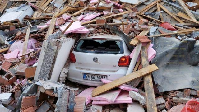 Escombros de un edificio en Esmirna.