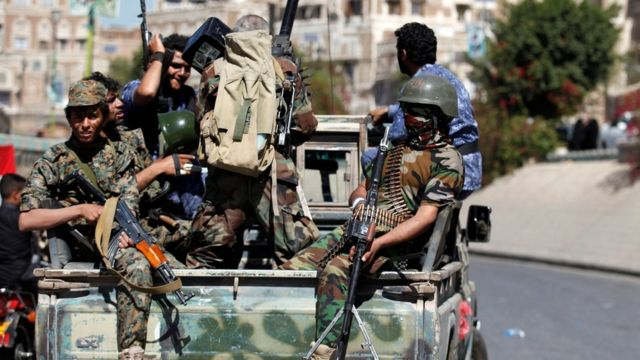 مسلحون حوثيون في عرض عسكري