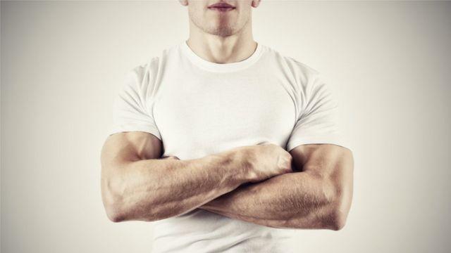 Torso de un hombre musculoso.