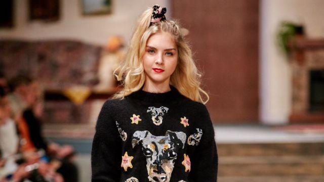 Una modelo con los accesorios para el cabello de Invisibobble.
