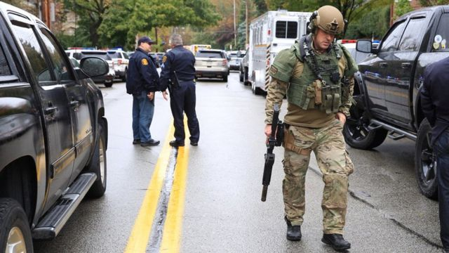 Swat officers and police don close di area outside di synagogue attack for Pittsburgh, Pennsylvania, 27 October 2018