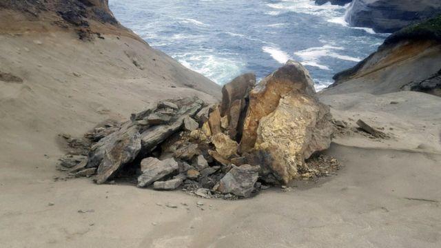 """La roca """"ornitorrinco"""" luego de caerse."""