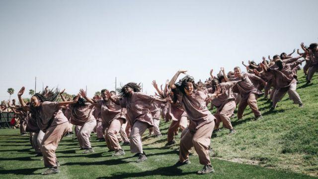 Танцевальная группа на концерте Канье Уэста