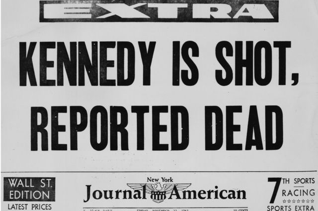 Edición extra de un diario reportando la muerte de Kennedy.