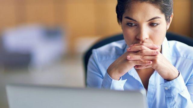 امرأة وكومبيوتر