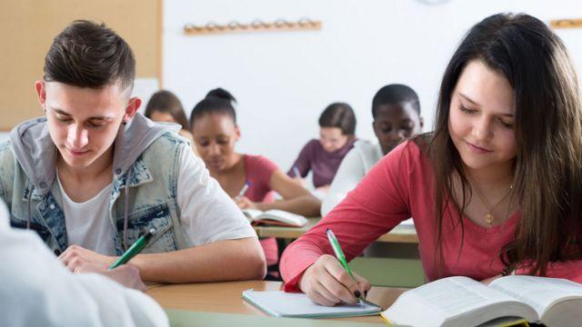 Estudiantes de secundaria en un salón de clase