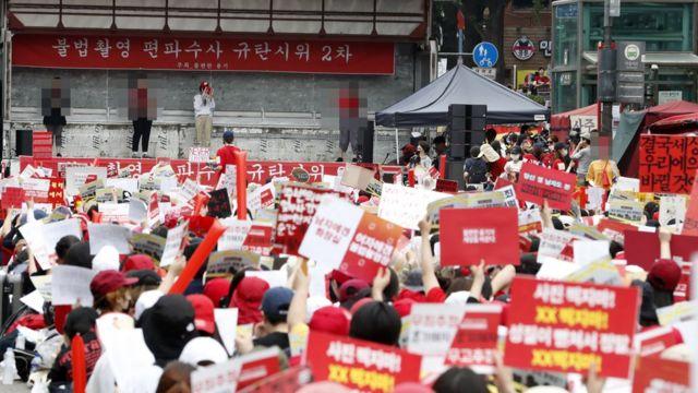 혜화역 인근에서 '불편한 용기' 단체 회원들이 '불법촬영 편파 수사 2차 규탄 시위'를 하고 있다