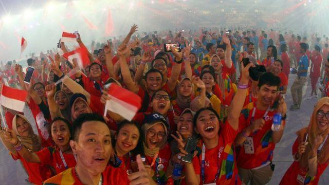 Atlet Indonesia dalam upacara penutupan Asian Games.