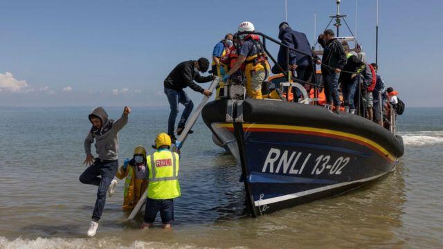 Un grupo de alrededor de 40 migrantes llega a través de la RNLI (Royal National Lifeboat Institution) a la playa de Dungeness el 4 de agosto de 2021.