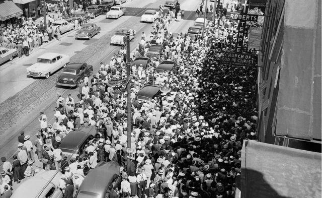 Personas se manifiestan en la calle.