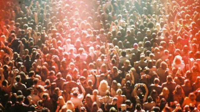 콘서트장에 모인 군중