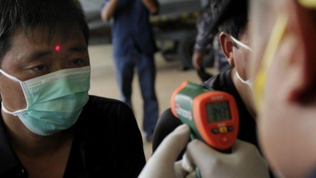Petugas Karantina Kesehatan Pelabuhan (KKP) Kupang memeriksa kesehatan enam warga negara China yang terdampar di perairan Rote Ndao setibanya di Lantamal VII Kupang, NTT, Kamis (30/01).