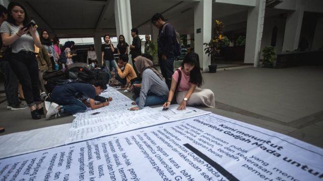 Mahasiswa menandatangani petisi penolakan terhadap kekerasan seksual saat aksi damai Universitas Gadjah Mada (UGM) Darurat Kekerasan Seksual di Kampus Fisipol UGM, Sleman, DI Yogyakarta, Kamis (8/11). Dalam aksi yang diikuti ratusan mahasiswa terkait sejumlah kejadian kekerasan seksual yang diduga dilakukan oleh dosen maupun mahasiswa UGM itu mereka menuntut pihak Kampus UGM memberikan saksi yang tegas kepada pelaku kekerasan seksual.