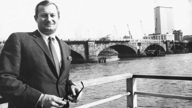 McCulloch con el Puente de Londres a sus espaldas