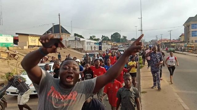 Evribodi both young and old don run enta road dey celebrate di victory wit songs and dance .