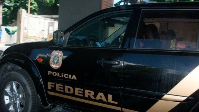 A sa descente d'avion, vers 10h00 locales, il est monté à bord d'un véhicule de la Police Fédérale qui l'attendait sur le tarmac.