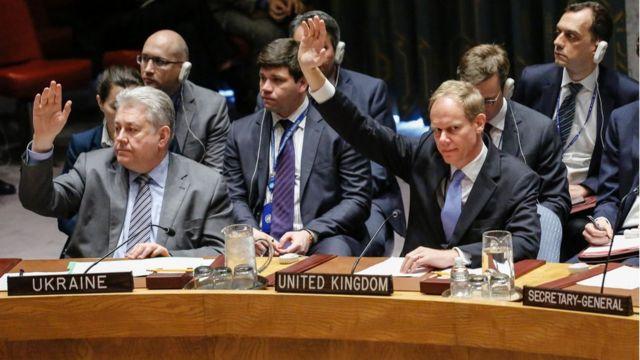 السفير البريطاني لدى الأمم المتحدة أثناء التصويت في مجلس الأمن