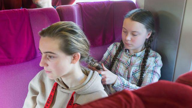 Greta Thunberg en tren con una adolescente del movimiento de huelgas escolares en Bélgica