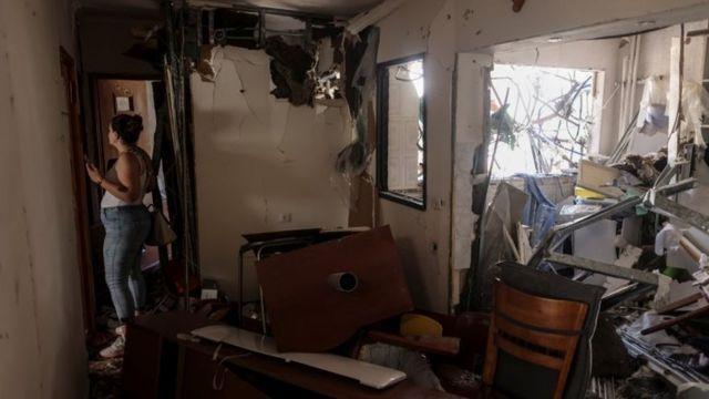 در شهر اشدود در جنوب اسرائیل هم این خانه مسکونی در پی اصابت موشکهایی که از سوی غزه پرتاب شدهاند تخریب شده است