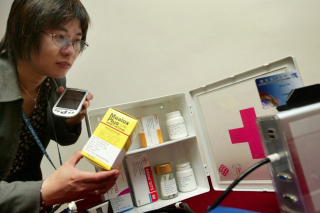 La profesora Joanne Chung Wai-yee de la Universidad Politécnica de Hong Kong demuestra un sistema controlado por RFID, diseñado con la intención de evitar los errores en las órdenes médicas.