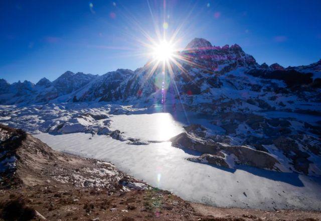 ธารน้ำแข็ง Ngozumpa บนเทือกเขาหิมาลัย อยู่ในส่วนที่เป็นเขตแดนของประเทศเนปาล
