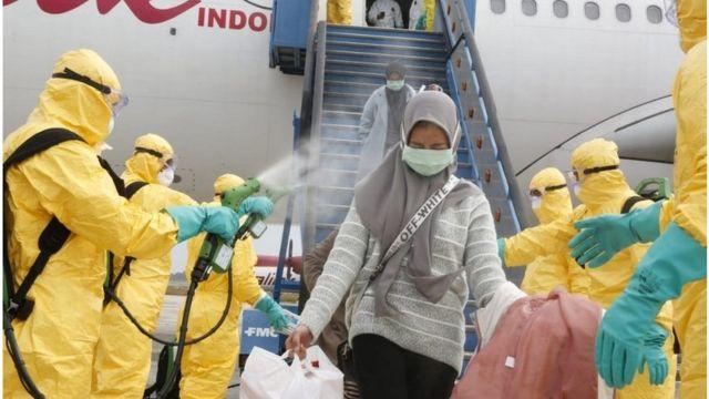 2月2日,醫務人員為從中國武漢撤回印度尼西亞的僑民進行消毒,然後將他們轉移到納塔納群島軍事基地進行隔離