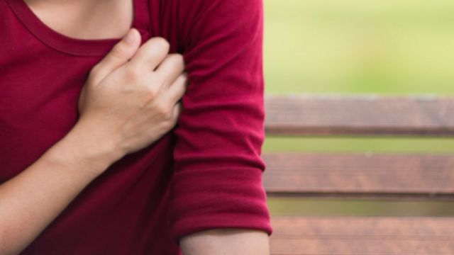 Mulher com a mão no peito