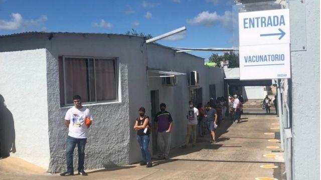 Pessoas aguardam em fila para que sejam vacinadas