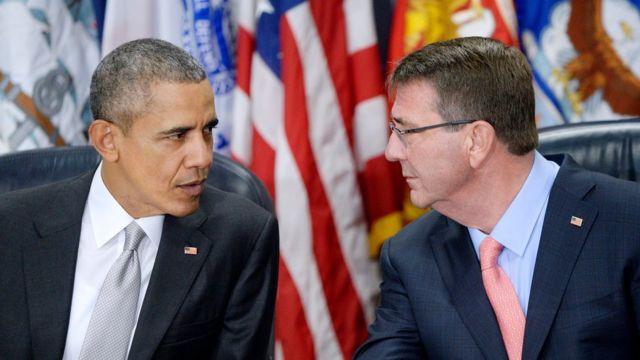 オバマ大統領は国防総省で、中東を近く訪問するアシュトン・カーター国防長官(写真右)らと協議した