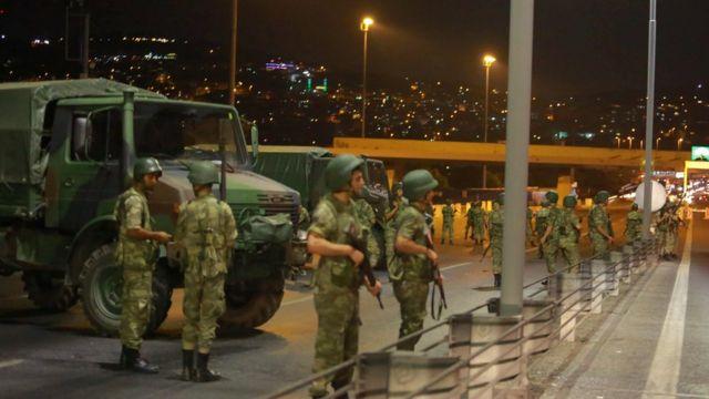 """Un grupo de militares en Turquía aseguró el viernes por la noche haber tomado el poder y dijo haber instalado en el gobierno a un """"consejo para la paz de la patria"""". En la imagen se ve a militares bloqueando el acceso al puente del Bósforo en Estambul, el cual une la parte europea y la asiática de la ciudad."""