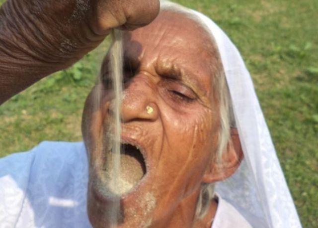 बालू खाने वाली महिला
