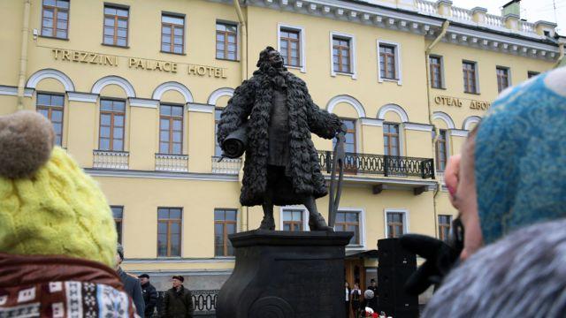 Во время торжественной церемонии открытия памятника первому скульптору Петербурга Доменико Трезини на площади Трезини